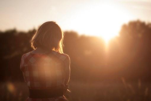 孤独な女性の背中