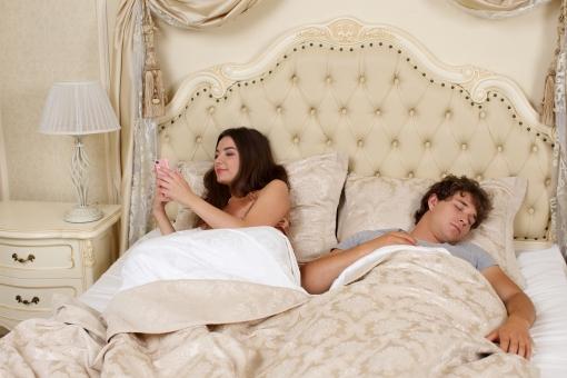 彼氏が寝てる隙にこっそりスマホチェック