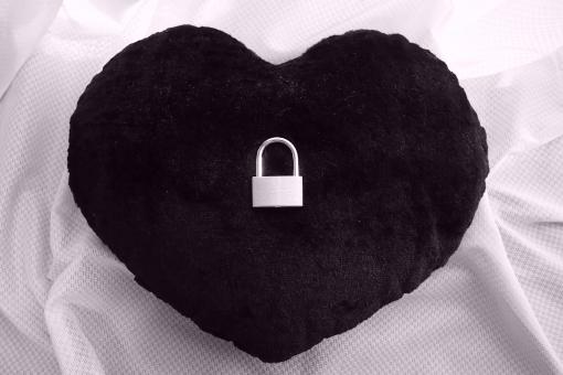 黒いハートにかけられた鍵