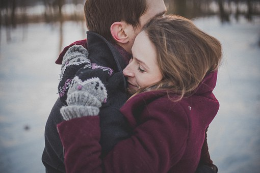 久しぶりの再会に抱きしめ合うカップル