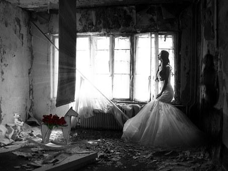ウエディングドレスを着た寂しそうな女性