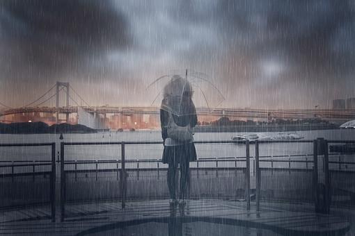 雨の中海辺に佇む