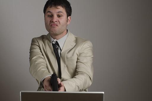 パソコンに怒りを向ける男性
