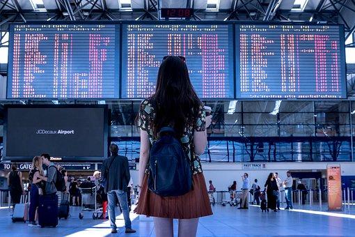 空港で掲示板を眺める
