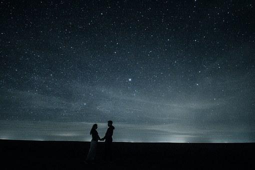 満点の星空とカップル