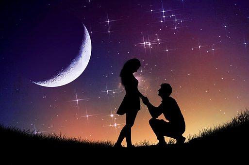 月夜に女性に跪く男性