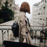黒い傘を持った女性