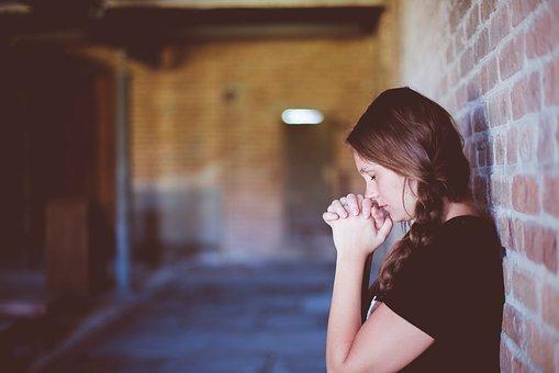 祈りを捧げる女性