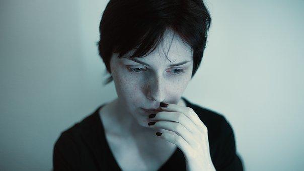 不安を感じる女性