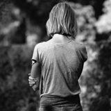 孤独な女性の後ろ姿