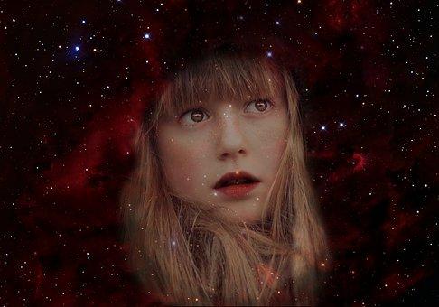 夜空に浮かぶ女性の顔