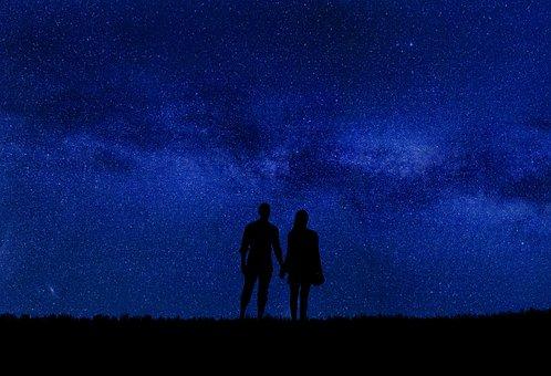 夜空を見上げる男女