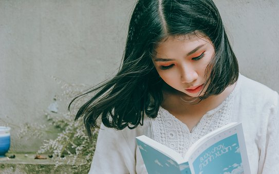 本を読む黒髪の女性