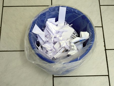 ゴミ箱に捨てられた紙くず
