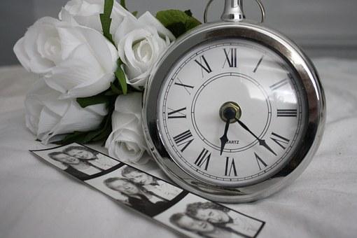時計 白いバラ カップルの写真
