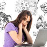 パソコンを眺めて悩む女性