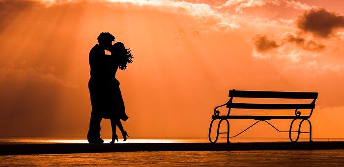 キスするカップルのシルエット