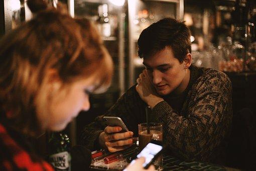 カフェでスマホを触る男性