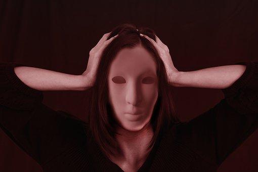 頭を抱えて絶望する女性
