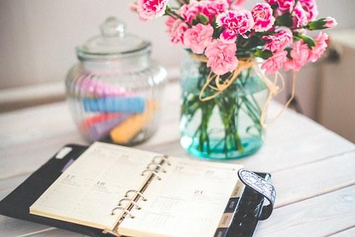 スケジュール帳と花