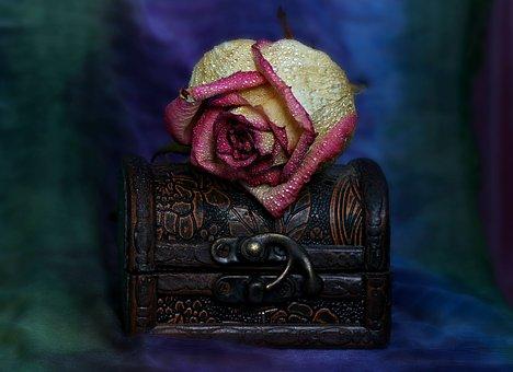 鍵をかけた宝箱と一輪のバラ